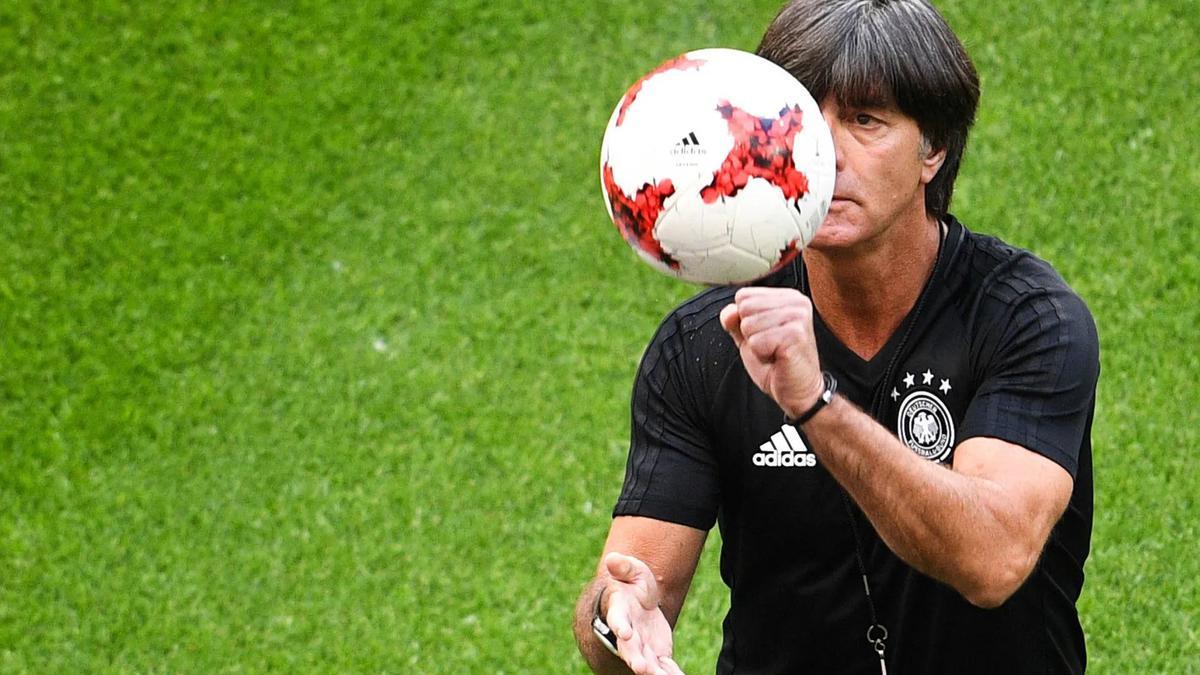Бразильская девушка на балконе английского футболиста